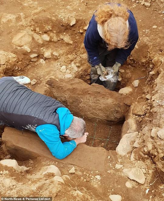 Đặt ống nước, vô tình mở cửa mộ cổ 4.000 năm - Ảnh 1.