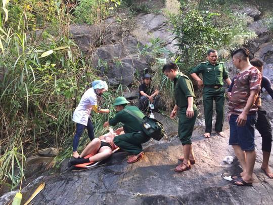 Một du khách Anh bị tai nạn khi cùng nhóm bạn leo thác - Ảnh 1.
