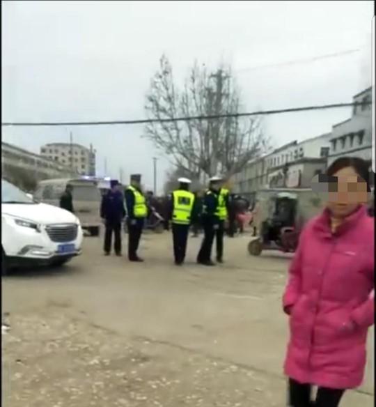 Trung Quốc: Cảnh sát nổ súng ngăn tài xế lao vào đám đông - Ảnh 2.