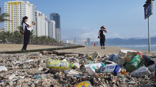 Hàng chục tấn rác bủa vây hơn 2 km bờ biển Đà Nẵng - Ảnh 5.