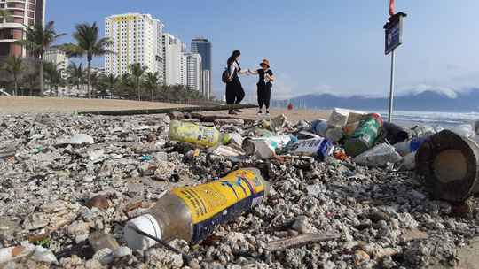 Hàng chục tấn rác bủa vây hơn 2 km bờ biển Đà Nẵng - Ảnh 3.