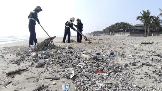Hàng chục tấn rác bủa vây hơn 2 km bờ biển Đà Nẵng - Ảnh 7.