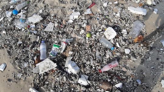 Hàng chục tấn rác bủa vây hơn 2 km bờ biển Đà Nẵng - Ảnh 2.
