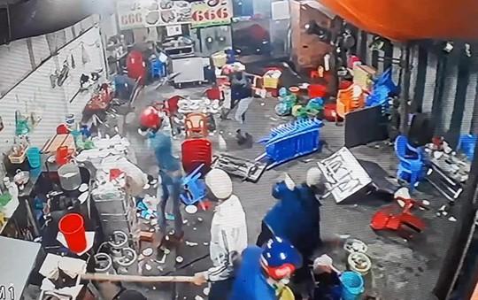 Truy bắt 7 người bịt mặt đập phá quán nhậu - Ảnh 1.