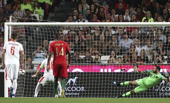 Ronaldo nghỉ chơi sớm, Bồ Đào Nha hòa thót tim sân nhà - Ảnh 2.