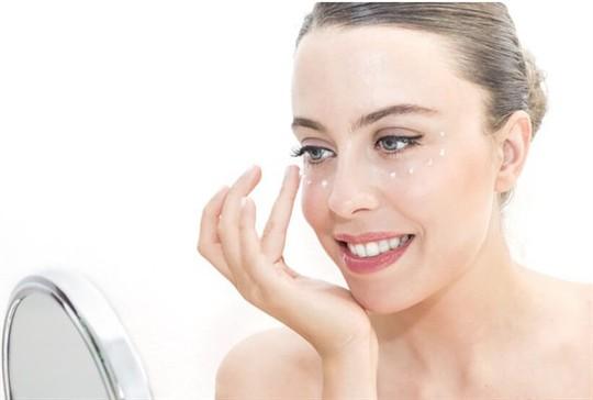 6 bước trang điểm mắt đơn giản giúp phái đẹp ăn gian tuổi - Ảnh 1.