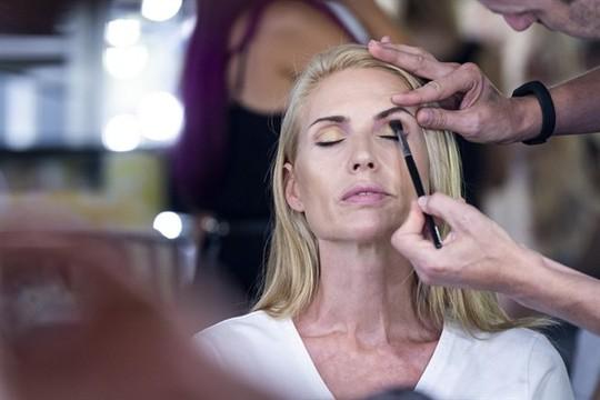 6 bước trang điểm mắt đơn giản giúp phái đẹp ăn gian tuổi - Ảnh 2.