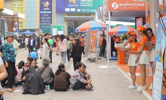 Cả ngàn người xếp hàng mua vé máy bay, tour giá rẻ tại hội chợ du lịch - Ảnh 1.