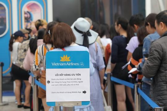 Cả ngàn người xếp hàng mua vé máy bay, tour giá rẻ tại hội chợ du lịch - Ảnh 2.