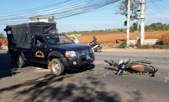 Tông nhau với xe cảnh sát cơ động, người phụ nữ nguy kịch - Ảnh 1.