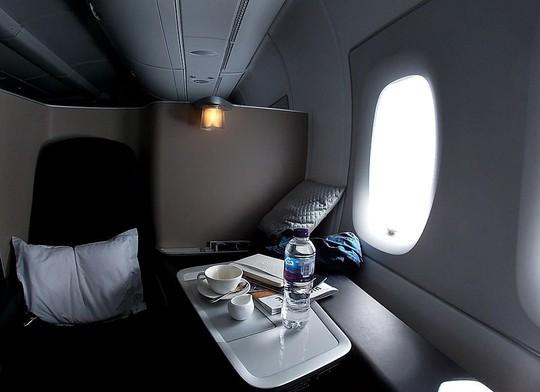 Sự khác biệt khi ngồi khoang hạng nhất và phổ thông trên máy bay - Ảnh 3.