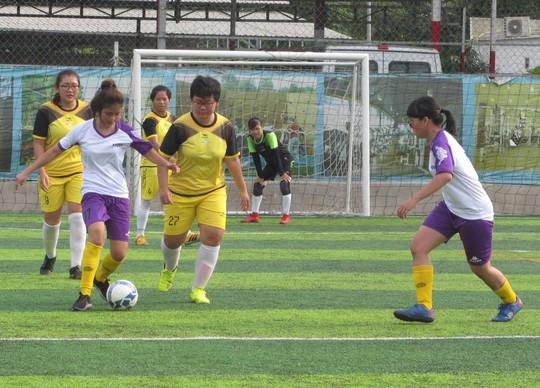 Tháng 3, các cô gái văn phòng chơi bóng đá phủi - ảnh 4