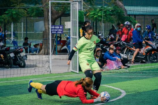 Tháng 3, các cô gái văn phòng chơi bóng đá phủi - ảnh 3
