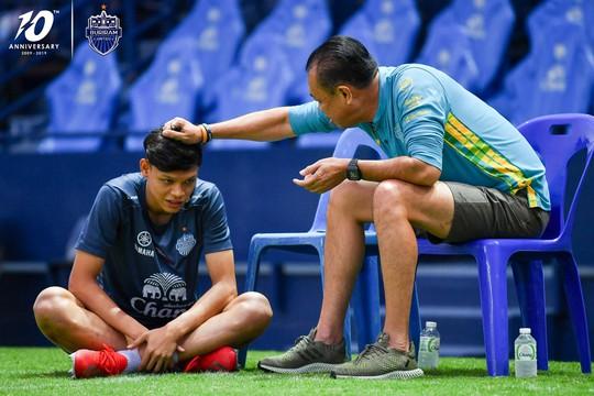 Tiền đạo U23 Thái Lan đấm Đình Trọng chính thức bị phạt nặng - Ảnh 1.
