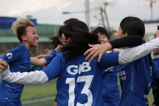 Tháng 3, các cô gái văn phòng chơi bóng đá phủi - ảnh 5