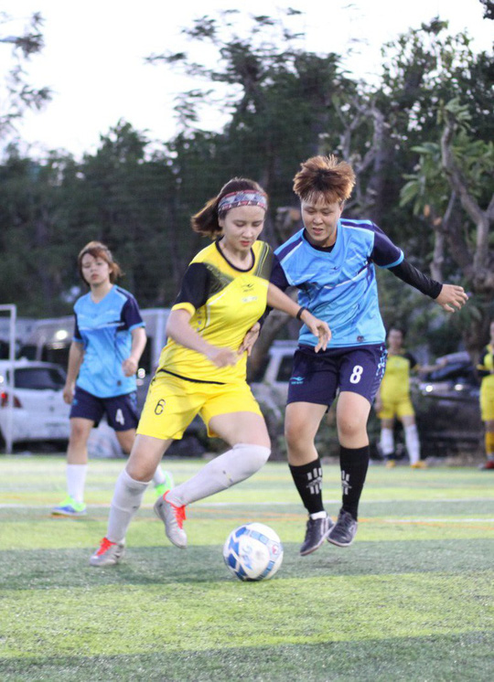 Tháng 3, các cô gái văn phòng chơi bóng đá phủi - ảnh 7