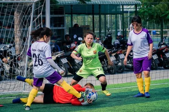 Tháng 3, các cô gái văn phòng chơi bóng đá phủi - ảnh 2