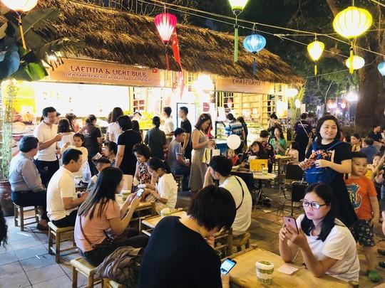Bánh kem và trà sữa Laetitia & LightBulb hạ gục du khách tại lễ hội Hoa anh đào Nhật Bản - Ảnh 1.