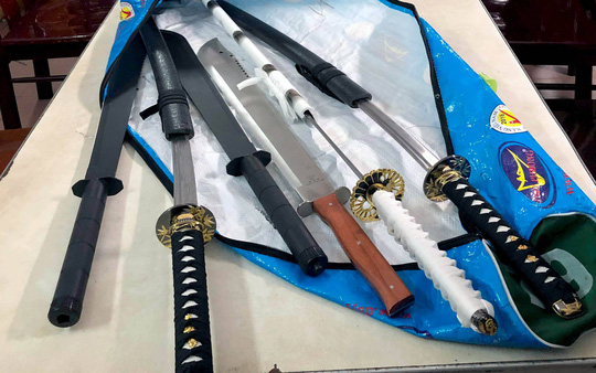 Police prevent chaos, collecting both the executioner bag, a sword - a photo 1.