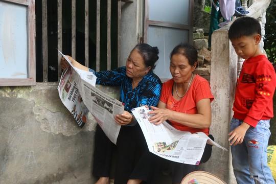 Mẹ nữ sinh lớp 9 bị đánh nghẹn ngào khi Báo Người Lao Động trao tiền hỗ trợ - Ảnh 10.