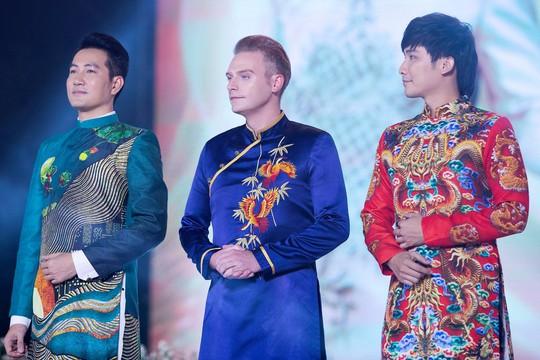 Ca sĩ Kyo York Tôi yêu áo dài Việt Nam - Ảnh 1.