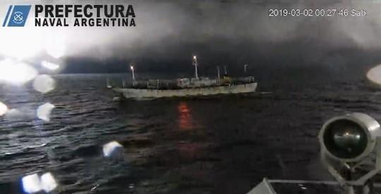 Tàu Argentina nổ súng, rượt đuổi tàu cá Trung Quốc - Ảnh 1.
