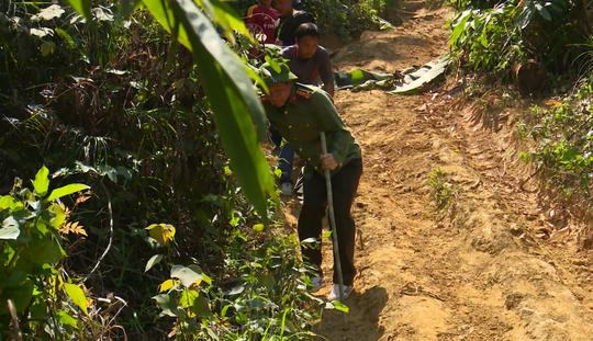 Giám đốc Công an tỉnh Đắk Lắk băng rừng bắt gỗ lậu - Ảnh 8.