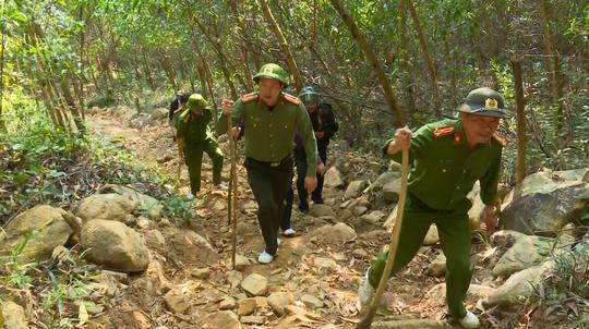 Giám đốc Công an tỉnh Đắk Lắk băng rừng bắt gỗ lậu - Ảnh 7.