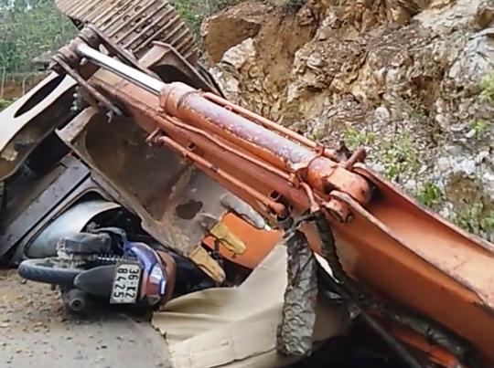 Máy múc trên xe tải rơi xuống đường đè chết người đàn ông đi xe máy - Ảnh 1.