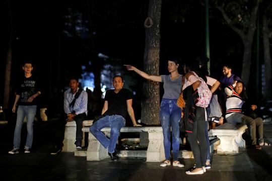 Venezuela hỗn loạn vì mất điện khắp nơi - Ảnh 3.