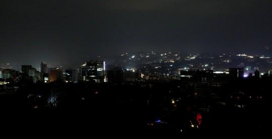Venezuela hỗn loạn vì mất điện khắp nơi - Ảnh 2.