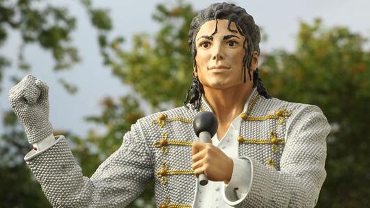 Tượng Michael Jackson bị dời sau phim tố cáo ấu dâm - ảnh 1