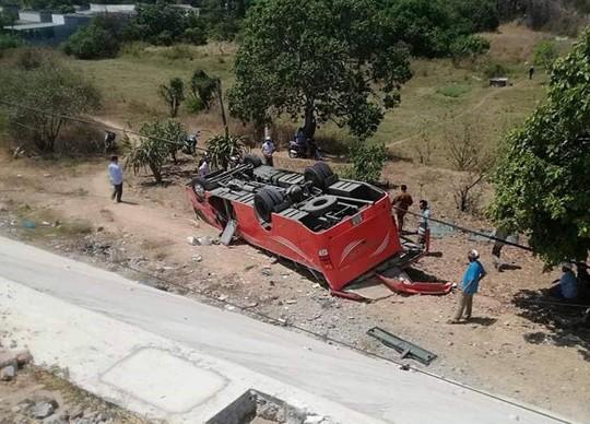 Xe chở đoàn khách Hàn Quốc gặp nạn ở Bình Thuận - Ảnh 1.