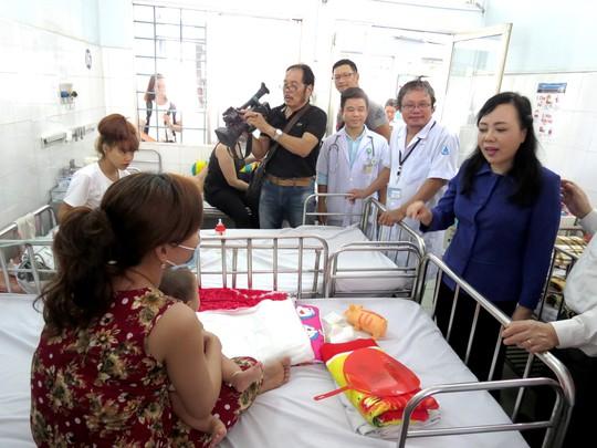 Bộ trưởng Bộ Y tế: con dưới 9 tháng mắc sởi, mẹ phải chích ngừa - Ảnh 1.
