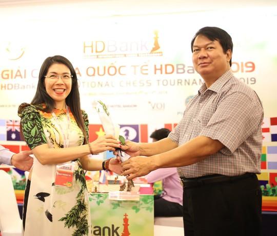 Hoa và sôcôla cho các nữ kỳ thủ, thần đồng 13 tuổi dẫn đầu HDBank - Ảnh 1.