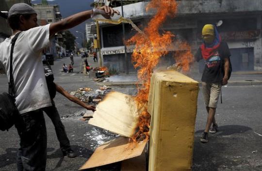 Venezuela: Người dân phóng hỏa gần dinh tổng thống vì mất điện - Ảnh 3.
