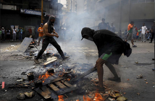 Venezuela: Người dân phóng hỏa gần dinh tổng thống vì mất điện - Ảnh 6.