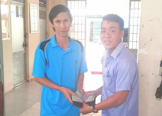 Kỹ sư nông nghiệp vui mừng khi nhận lại ví tiền từ tay thầy giáo làng - Ảnh 1.