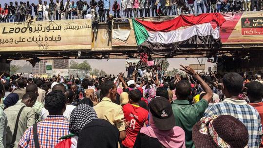 Quân đội Sudan lật đổ tổng thống, lên nắm quyền - Ảnh 2.