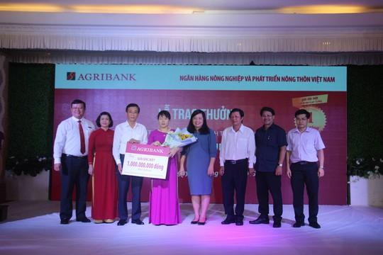 Agribank trao giải đặc biệt 1 tỉ đồng cho khách hàng trúng thưởng - Ảnh 1.