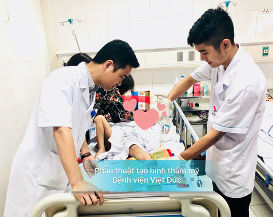 Bé trai 6 tuổi bị ốp pô inox của xe Honda Air Blade cắt đứt ngón chân - Ảnh 1.