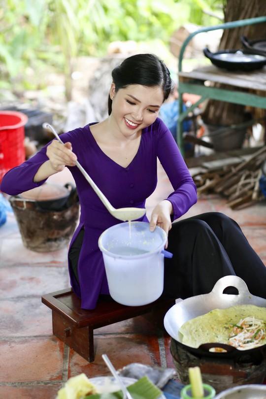 Hoa khôi Huỳnh Thúy Vi làm đại sứ lễ hội bánh dân gian Nam Bộ - Ảnh 3.