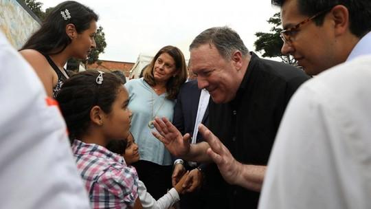 Ông Pompeo tới sát nơi lực lượng Venezuela đồn trú, thăm dân di cư - Ảnh 1.