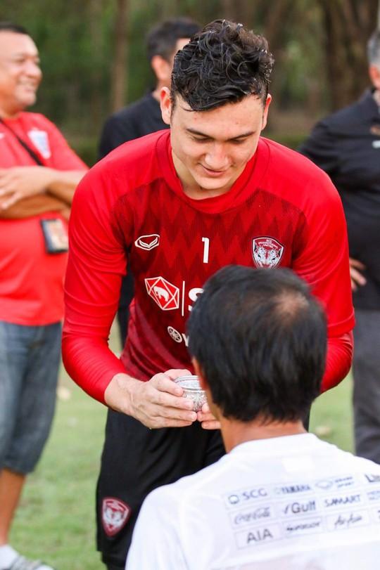 Clip: Đặng Văn Lâm đón Tết Songkran cùng thầy mới người Hàn Quốc - Ảnh 2.