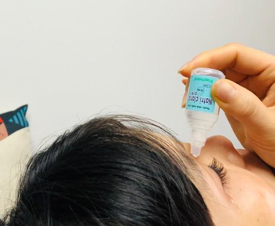 Nữ sinh 16 tuổi suýt mù vì dụi côn trùng bay vào mắt - Ảnh 2.