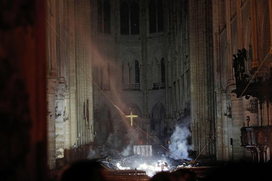 Tổng thống Pháp: Chúng tôi sẽ tái xây dựng Nhà thờ Đức Bà  - Ảnh 1.