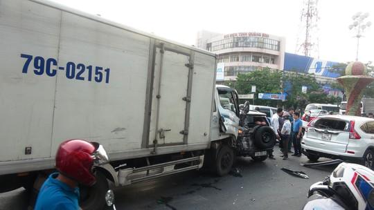 Xe tải tông vào đoàn người đang dừng đèn đỏ, 2 người nguy kịch - Ảnh 2.