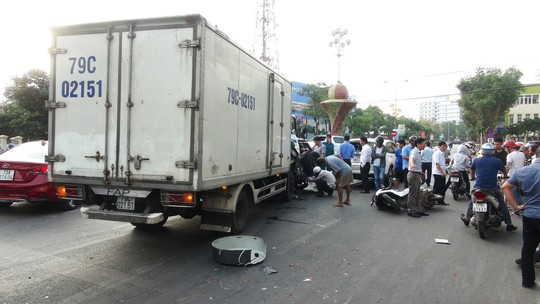 Xe tải tông vào đoàn người đang dừng đèn đỏ, 2 người nguy kịch - Ảnh 4.