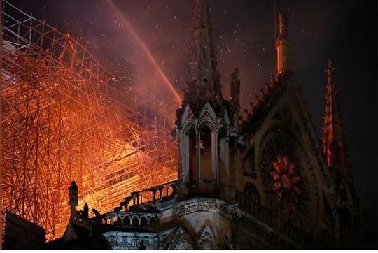 Sốc:  Nhà thờ Đức Bà Paris bất ngờ bốc cháy dữ dội - ảnh 1