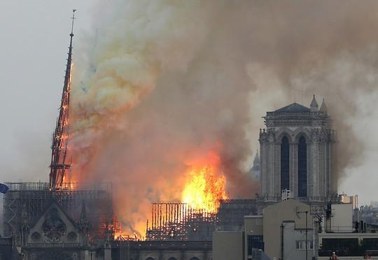 Sốc:  Nhà thờ Đức Bà Paris bất ngờ bốc cháy dữ dội - ảnh 5